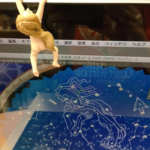 Adobeオフィスにて。モリオ画伯作「落ちない女神ちゃん」フィギュアと一緒。